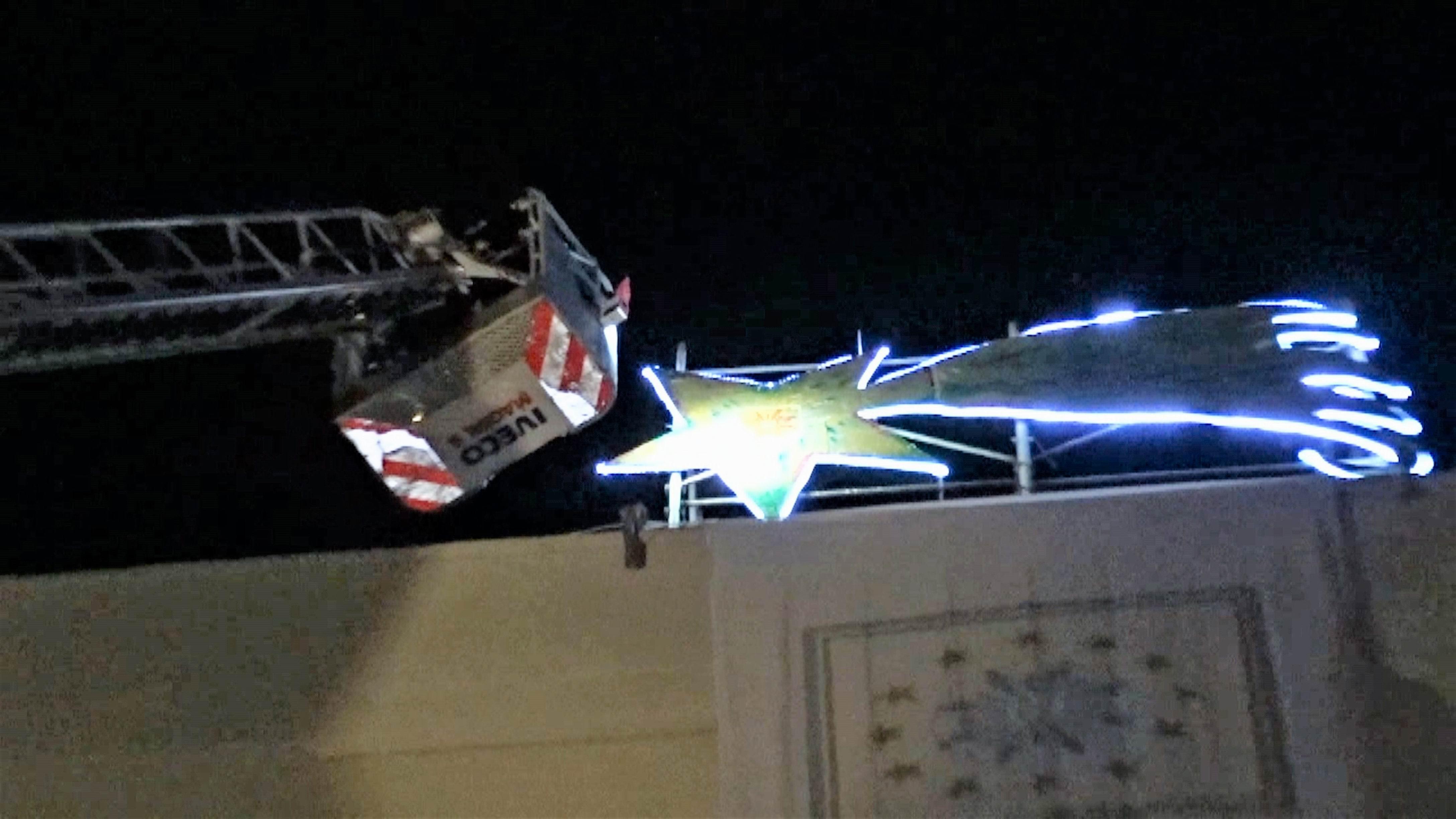Significato Della Stella Di Natale.Il Fuoco Della Solidarieta Accende La Grande Stella Di Natale